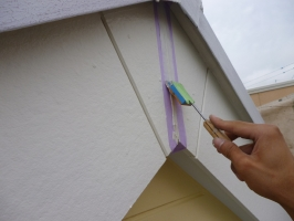 千葉県柏市K様邸の外壁塗装と屋根塗装工程:コーキング打ち替え(ならし)