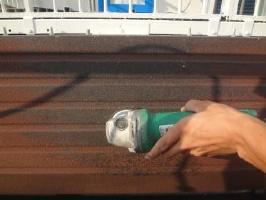 茨城県取手市O様邸の外壁塗装と屋根塗装工程:サビの除去(3種ケレン)
