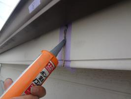 千葉県松戸市S様邸の外壁塗装と屋根塗装工程:コーキング打ち替え(打ち込み)