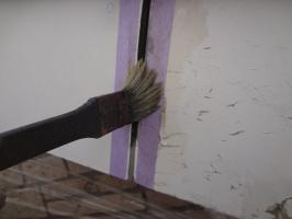 千葉県松戸市O様邸の外壁塗装と屋根塗装工程:コーキング打ち替え(プライマー塗布)