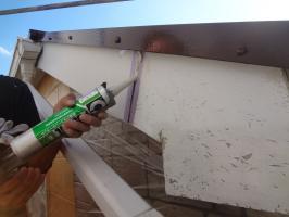 千葉県松戸市O様邸の外壁塗装と屋根塗装工程:コーキング打ち替え(打ち込み)