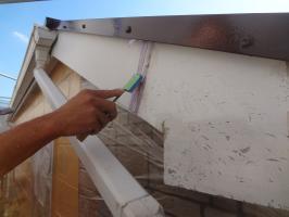 千葉県松戸市O様邸の外壁塗装と屋根塗装工程:コーキング打ち替え(ならし)