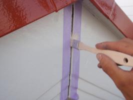 茨城県取手市T様邸の外壁塗装と屋根塗装工程:コーキング打ち替え(プライマー塗布)