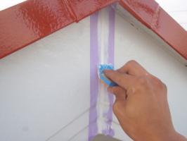 茨城県取手市T様邸の外壁塗装と屋根塗装工程:コーキング打ち替え(ならし)