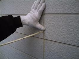 千葉県柏市和田様邸の外壁塗装と屋根塗装工程:目地のコーキング剤の打ち替え(撤去)