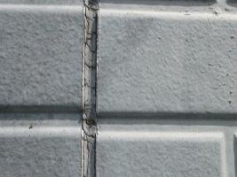 千葉県野田市I様邸の外壁塗装と屋根塗装工程:目地のコーキング剤除去