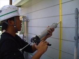 千葉県柏市和田様邸の外壁塗装と屋根塗装工程:コーキングの打ち替え(プライマー)