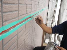 千葉県我孫子市U様邸の外壁塗装と屋根塗装工程:コーキング剤工事の前処理