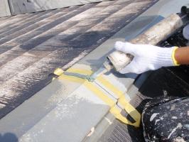 千葉県柏市サンハイツ新堀様邸の外壁塗装と屋根塗装工程:繋ぎと釘頭のコーキング打ち込み