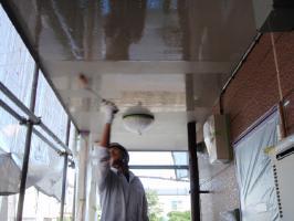 千葉県柏市サンハイツ新堀様邸の外壁塗装と屋根塗装工程:軒天下塗り