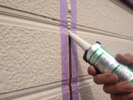 千葉県我孫子市I様邸の外壁塗装と屋根塗装工程:コーキングの打ち替え(プライマーと打ち込み)