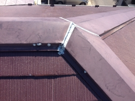 千葉県我孫子市I様邸の外壁塗装と屋根塗装工程:棟包みのコーキング打ち替え(完成)