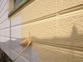 千葉県我孫子市I様邸の外壁塗装と屋根塗装工程:上塗り1回目(ファインシリコンフレッシュ)