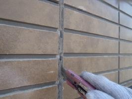 千葉県松戸市S様邸の外壁塗装と屋根塗装工程:目地のコーキング剤の打ち替え(撤去)