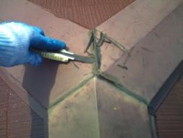 千葉県我孫子市I様邸の外壁塗装と屋根塗装工程:棟包みのコーキング打ち替え(撤去)