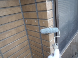 千葉県松戸市S様邸の外壁塗装と屋根塗装工程:劣化部分のパテ補修(浸透性強化シーラー塗布)