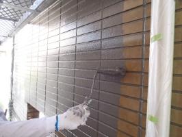 千葉県松戸市S様邸の外壁塗装と屋根塗装工程:上塗り1回目( ダイヤモンドコート)