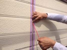 千葉県我孫子市I様邸の外壁塗装と屋根塗装工程:目地のコーキング剤の打ち替え(ボンドブレーカーテープ)