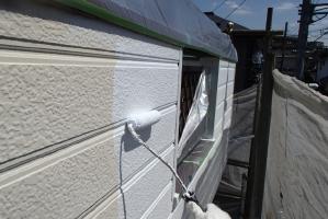 千葉県我孫子市I様邸の外壁塗装と屋根塗装工程:下塗り(パーフェクトサーフ)