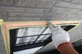 千葉県野田市K様邸の外壁塗装と屋根塗装工程:窓枠まわりのコーキング打ち替え(ならし)