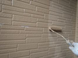 千葉県野田市K様邸の外壁塗装と屋根塗装工程:上塗り2回目(パーフェクトトップ艶消し)