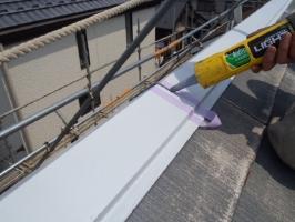 千葉県松戸市S様邸の外壁塗装と屋根塗装工程:棟包みのコーキング打ち替え