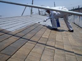 千葉県松戸市S様邸の外壁塗装と屋根塗装工程:上塗り1回目(ガイナ)