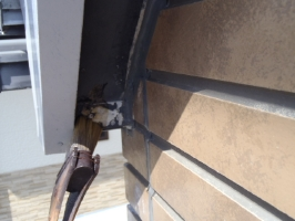 千葉県松戸市S様邸の外壁塗装と屋根塗装工程:劣化箇所のパテ処理(専用プライマー塗布)