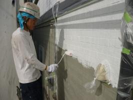 茨城県守谷市I様邸の外壁塗装と屋根塗装工程:下塗り(アレス水性エポレジン)