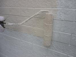茨城県守谷市I様邸の外壁塗装と屋根塗装工程:中塗り1回目(水性ゾラコートEX中塗)