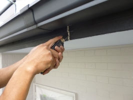 茨城県守谷市I様邸の外壁塗装と屋根塗装工程:コーキング打ち替え(Vカット工法)