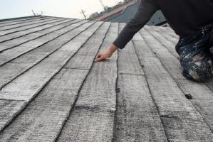 千葉県野田市K様邸の外壁塗装と屋根塗装工程:縁切り材の挿入(タスペーサー)