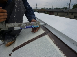 茨城県守谷市I様邸の外壁塗装と屋根塗装工程:繋ぎと釘頭のコーキング打ち込み