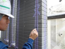 千葉県柏市N様邸の外壁塗装と屋根塗装工程:コーキングの打ち替え(プライマー)