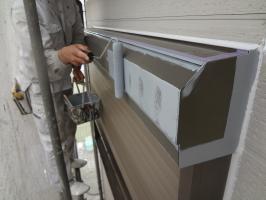千葉県松戸市S様邸の外壁塗装と屋根塗装工程:シャッターボックス下塗り(防錆プライマー)