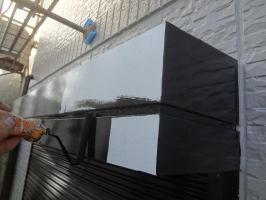 千葉県我孫子市H様邸の外壁塗装と屋根塗装工程:シャッターボックス上塗り1回目(一液ファインシリコンセラUV)