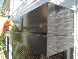 千葉県我孫子市H様邸の外壁塗装と屋根塗装工程:シャッターボックス上塗り2回目(一液ファインシリコンセラUV)