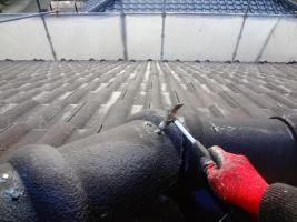 茨城県龍ヶ崎市K様邸の外壁塗装と屋根塗装工程:棟包みの釘の打ち込み