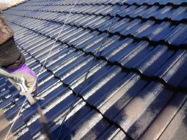 茨城県龍ヶ崎市K様邸の外壁塗装と屋根塗装工程:上塗り1回目(SUN瓦Sトップ)