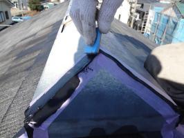 千葉県柏市O様邸の外壁塗装と屋根塗装工程:棟包みのコーキング打ち替え