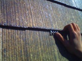 千葉県柏市M様邸の外壁塗装と屋根塗装工程:縁切り材の挿入(タスペーサー)