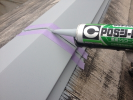 千葉県柏市M様邸の外壁塗装と屋根塗装工程:棟包みのコーキング打ち替え