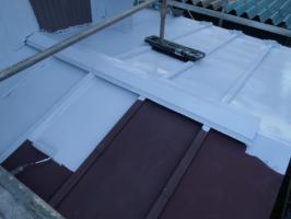 千葉県松戸市A様邸の屋根塗装工程の板金部下塗り(防錆プライマー)