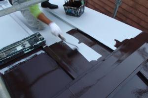 千葉県松戸市A様邸の屋根塗装工程の棟包みの上塗り1回目(ファインシリコンフレッシュ)
