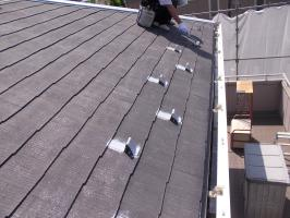 千葉県柏市N様邸の外壁塗装と屋根塗装工程:板金部下塗り(防錆プライマー)