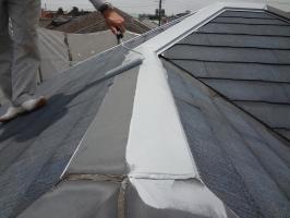 千葉県松戸市S様邸の外壁塗装と屋根塗装工程:板金部下塗り(防錆プライマー)