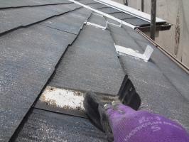 千葉県松戸市S様邸の外壁塗装と屋根塗装工程:雪止めの下塗り(防錆プライマー)