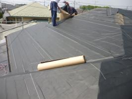 千葉県柏市I様邸の外壁塗装と屋根塗装工程:下地防水シート[ルーフィング]の貼付