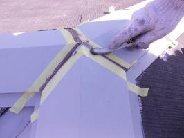 千葉県柏市N様邸の外壁塗装と屋根塗装工程:棟繋ぎのコーキング