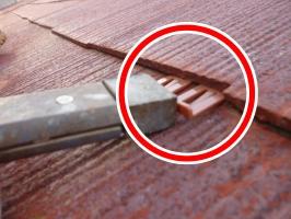 千葉県柏市の屋根塗装工程の縁切り材の挿入(タスペーサー)